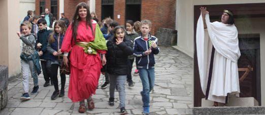 Maria Magdalena met kinderen op pad